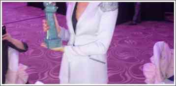 Predsednica SOPAS-a Božana Ostojić sa nagradom